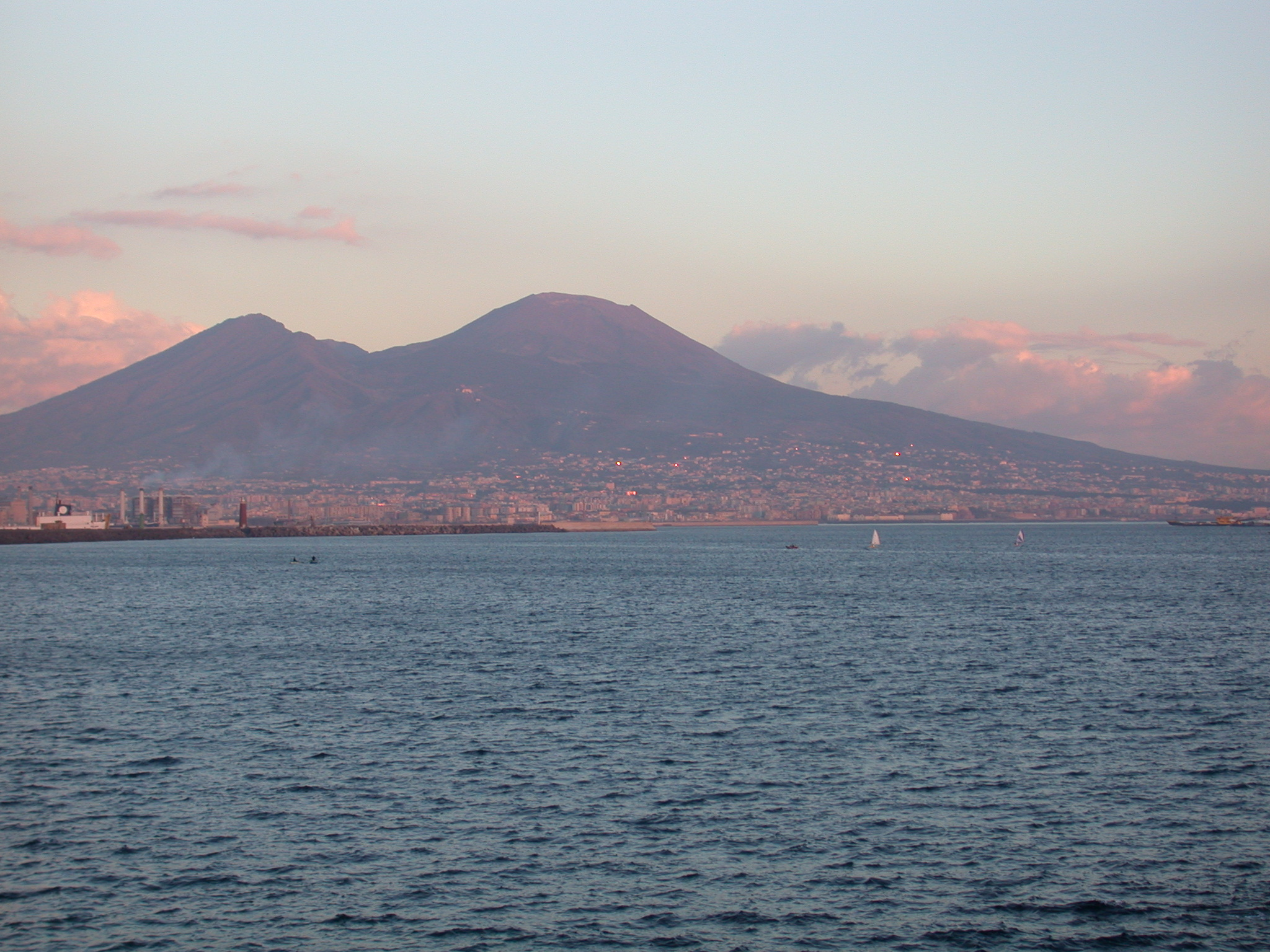 Vesuvius_from_Naples_at_sunset.jpg